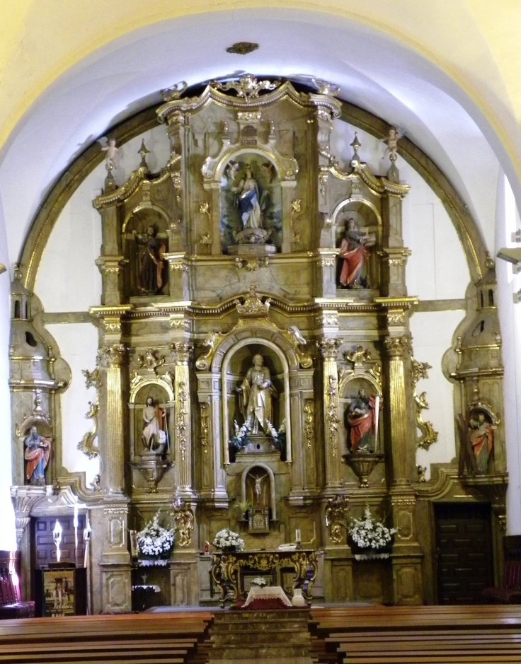 Retablo y altar mayor con San Pedro en el centro
